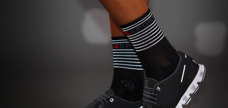 COMPRESSPORT Skarpetki do biegania długie ProRacing Socks FLASH czarne